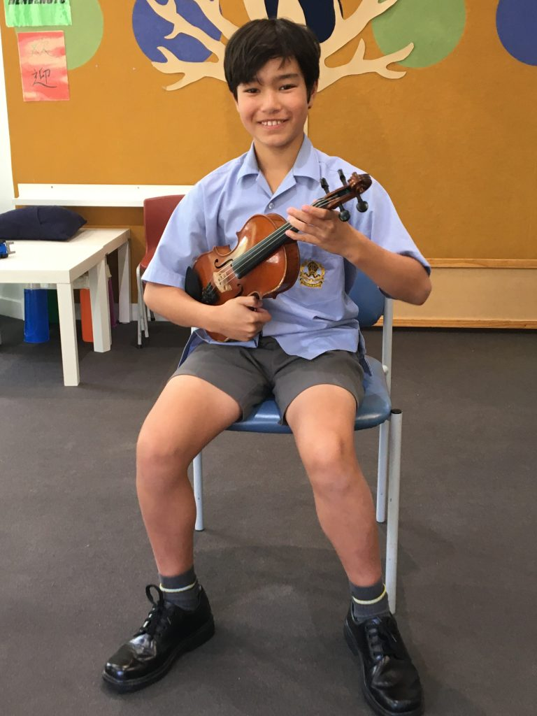 An intermediate level violin student